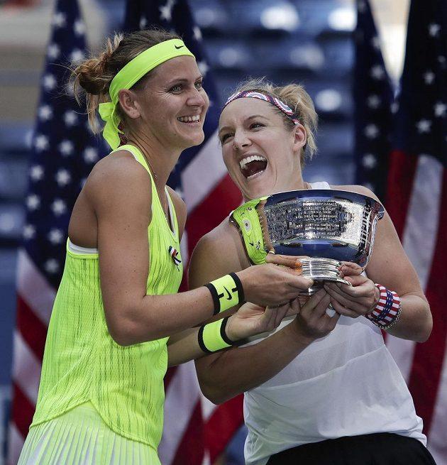Lucie Šafářová a Bethanie Matteková-Sandsová slaví vítězství ve čtyřhře na US Open.