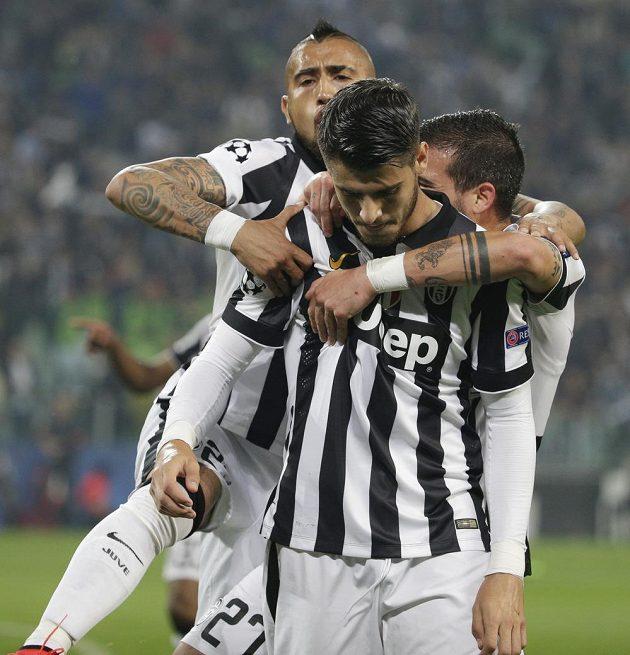 Fotbalisté Juventusu oslavují gól Španěla Álvara Moraty v semifinále Ligy mistrů proti Realu.