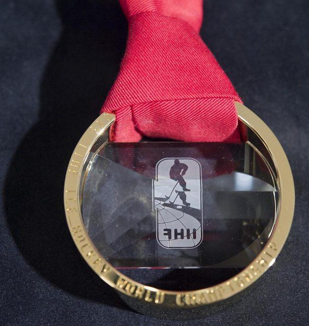 Zlatá medaile pro hokejové mistry světa v Praze 2015.