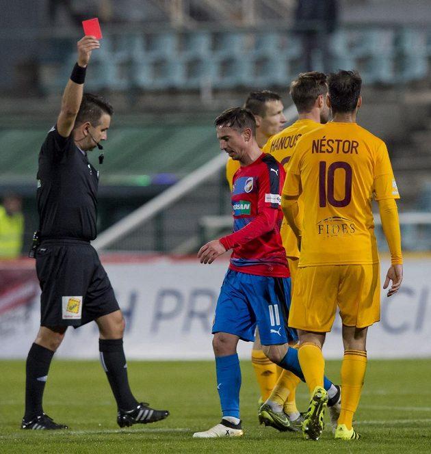 Milan Petržela z Plzně (uprostřed) dostává červenou kartu od rozhodčího Jana Jílka.