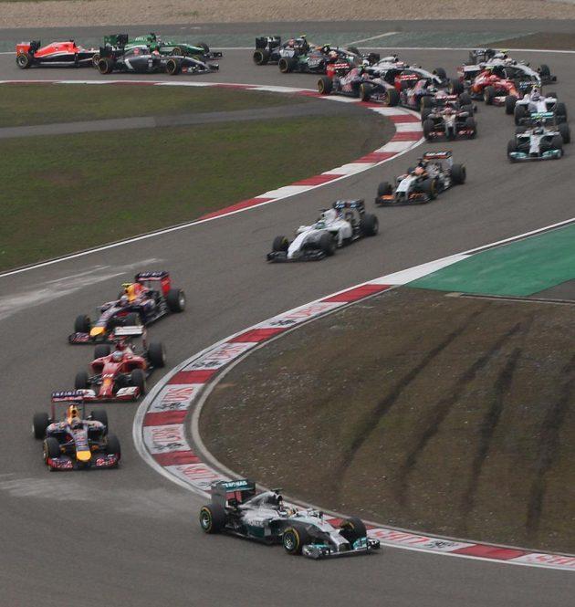 Lewis Hamilton s mercedesem na čele závodu těsně po startu VC Číny.