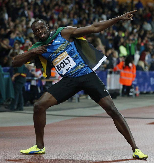 Usain Bolt svým typickým gestem slaví triumf v Londýně.