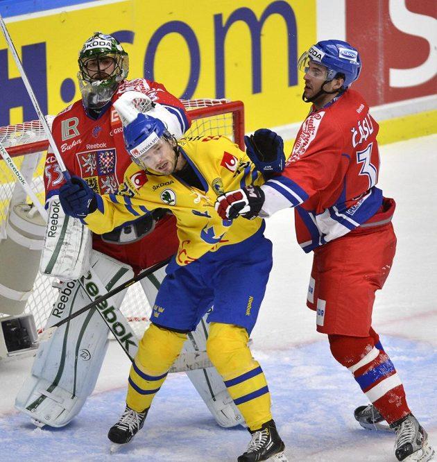 Gólman Alexander Salák a bek Petr Čáslava (vpravo) umravňují Švéda Niklase Perssona.