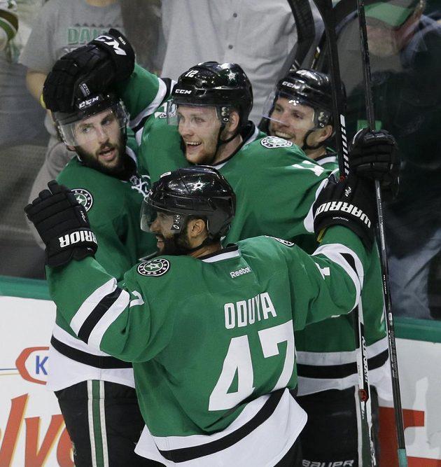 Hokejisté Dallasu slaví gól do sítě St. Louis. Uprostřed český centr Radek Faksa (12).