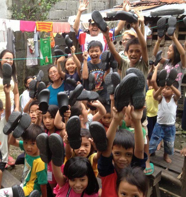Eddie s dětmi, kterým dopomohl k botám.
