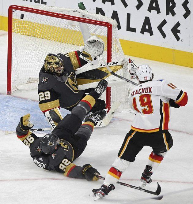 Brankář Vegas Golden Knights Marc-Andre Fleury (29) zasahuje v utkání NHL, na ledě se mu snaží pomoci Tomáš Nosek (92).