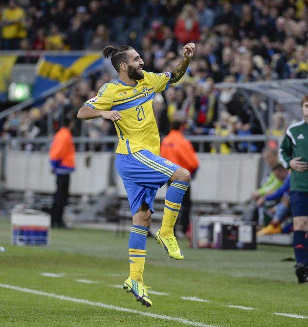 Švéd Jimmy Durmaz slaví svůj gól v kvalifikačním utkání proti Lichtenštejnsku.