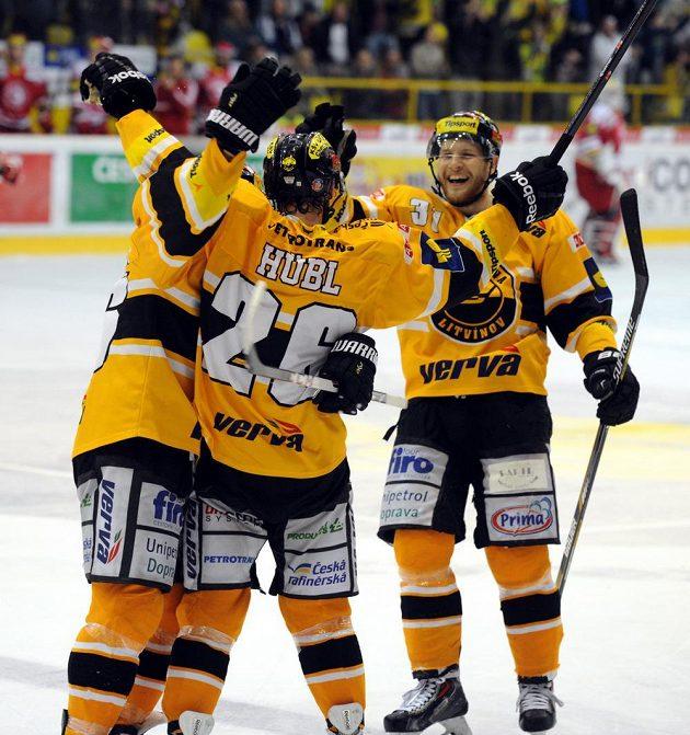 Litvínovští hokejisté se radují z třetího gólu Viktora Hübla.