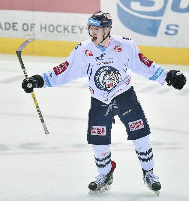 Autor prvního gólu Jan Ordoš z Liberce slaví svou trefu během pátého zápasu semifinále play off hokejové extraligy s Piráty z Chomutova.