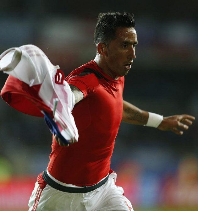 Útočník Paraguaye Lucas Barrios slaví gól do sítě Argentiny na mistrovství Jižní Ameriky.