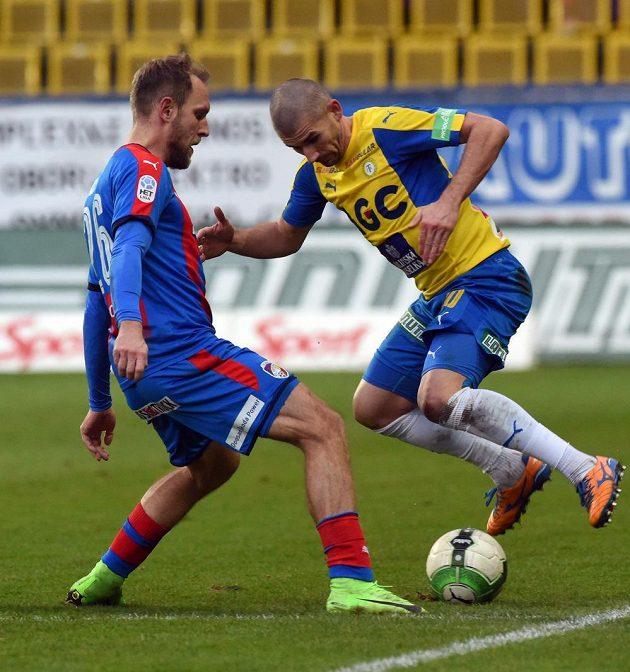 Daniel Kolář z Plzně dal v lize gól Slavii i Spartě, proti Teplicím se ale neprosadil. Na snímku je v souboji s teplickým Janem Rezkem.