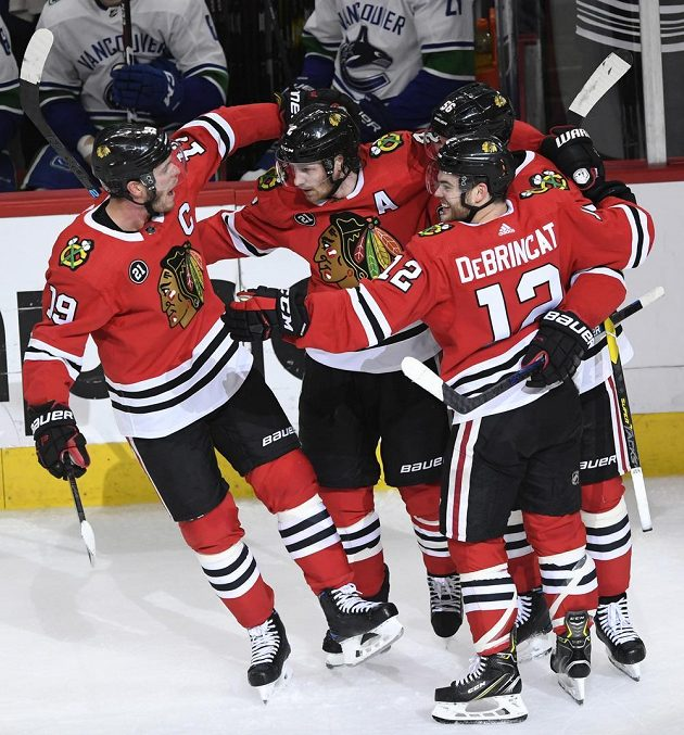Hokejisté Chicaga se radují z vyrovnávací branky