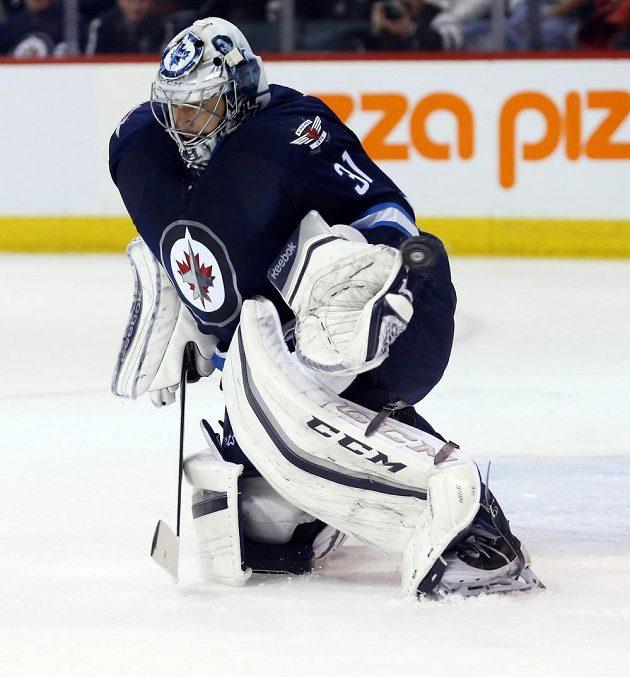 Český brankář Winnipegu Ondřej Pavelec (30) vyráží jednu ze střel hráčů Chicaga v zápase NHL.