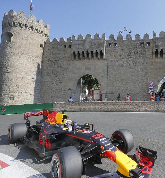Australan Daniel Ricciardo na trati v Baku.