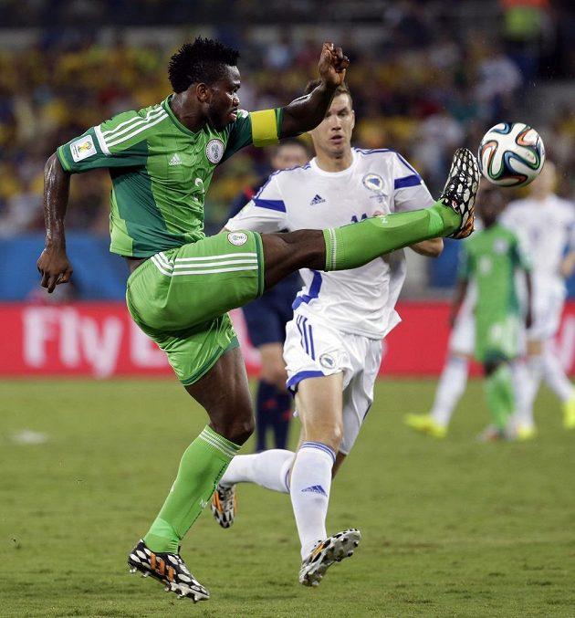 Nigérijský kapitán Ejike Uzoenyi odkopává míč před Edinem Džekem.