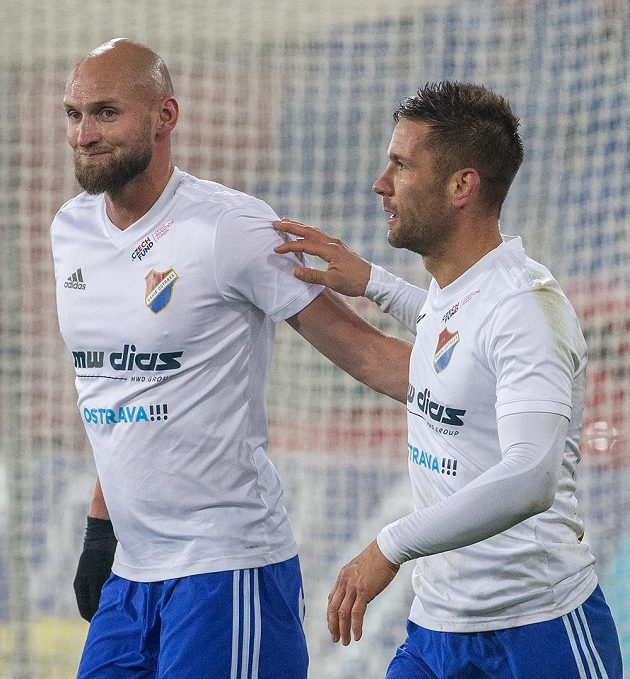 Fotbalisté Baníku Ostrava Tomáš Smola a Martin Fillo se radují z postupu přes pražskou Slavii v osmifinále MOL Cupu.