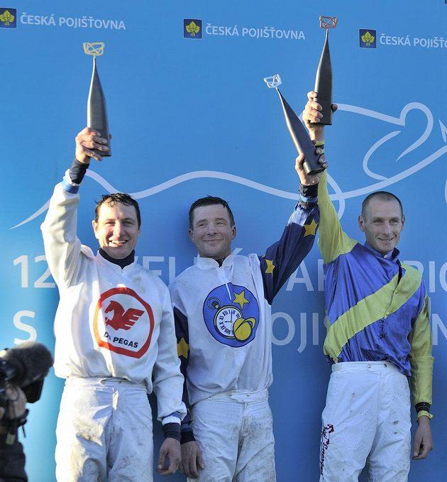 Nejlepší žokejové z 123. ročníku Velké pardubické. Vlevo první Jan Faltejsek, druhý Dušan Andrés (uprostřed) a třetí Jaroslav Myška při přebírání trofejí.