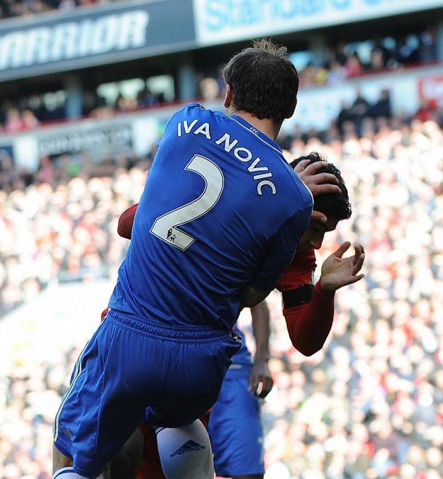 Obránce Chelsea Ivanovič a útočník Liverpoolu Luis Suárez si v žádném případě nepadli do oka.