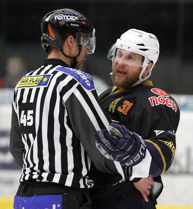 Chomutovský Štěpán Hřebejk debatuje s rozhodčím v barážovém utkání s Českými Budějovicemi.