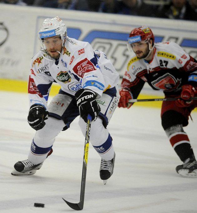 Brněnský Marcel Haščák z Brna je sledován Rastislavem Dejem z Hradce Králové během šestého semifinále play off hokejové extraligy.