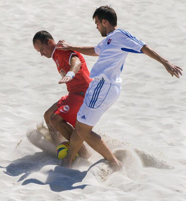 Pavel Stejskal a Gjergj Allakaj (vpravo) ze Slovenska v přípravném utkání v plážovém fotbale.