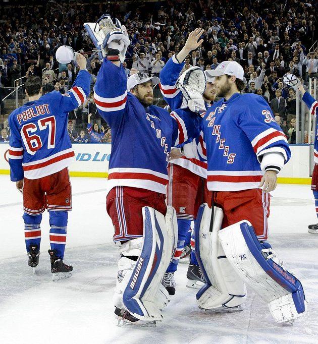 Brankář Rangers Henrik Lundqvist (uprostřed) se svým náhradníkem Camem Talbotem (33) po výhře v šestém semifinále s Montrealem.