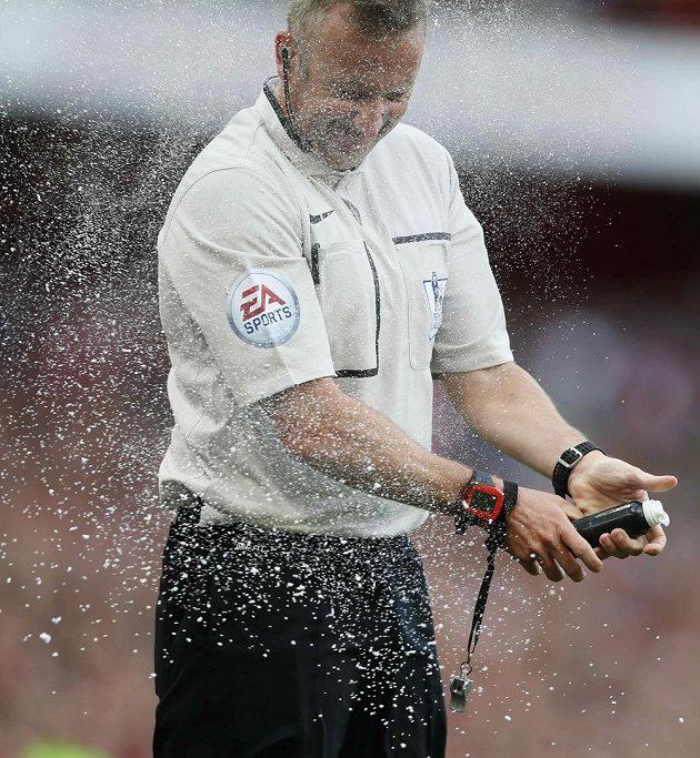 Rozhodčí zápasu Arsenal - Crystal Palace Jon Moss se při pokusu použít sprej ocitl vlastní vinou v centru oslepujícího oblaku.