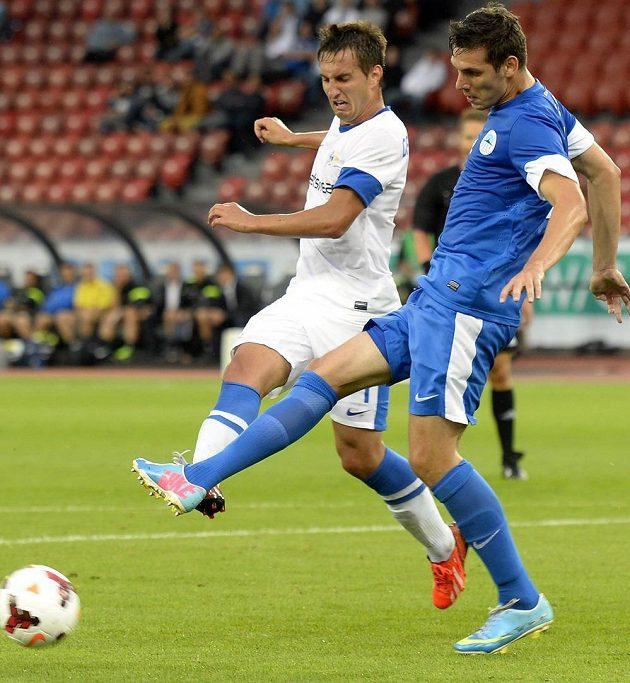 Curyšský Mario Gavranovic (left) a Renáto Kelič z Liberce bojují o míč.