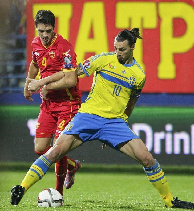 Švédský kanonýr Zlatan Ibrahimovic (vpravo) bojuje o míč s Nikolou Vukčevičem z Černé Hory.