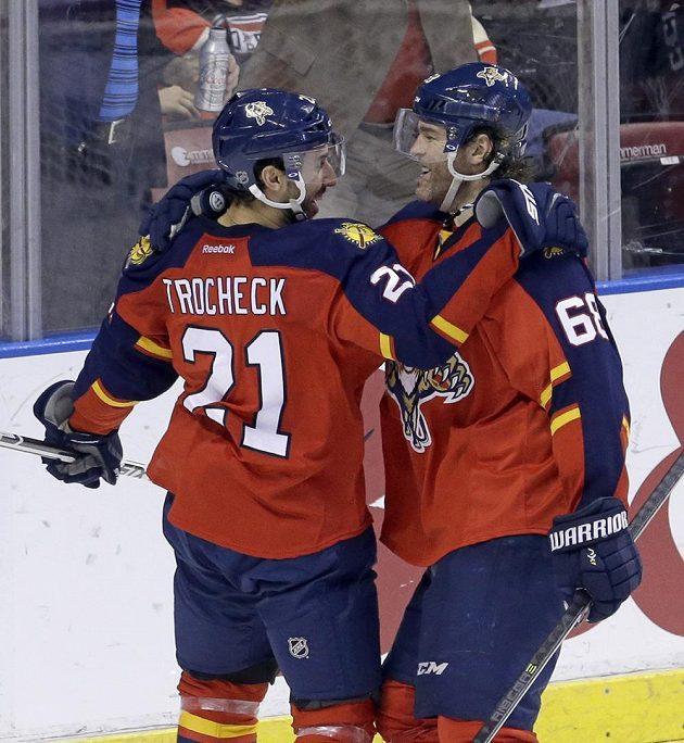 Hokejisté Floridy Vincent Trocheck (21) a Jaromír Jágr se radují ze vstřeleného gólu v duelu proti Red Wings.
