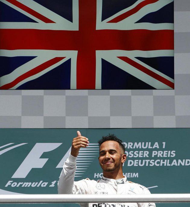 Lewis Hamilton má důvod k úsměvu, triumfem ve Velké ceně Německa si upevnil vedení v seriálu MS.