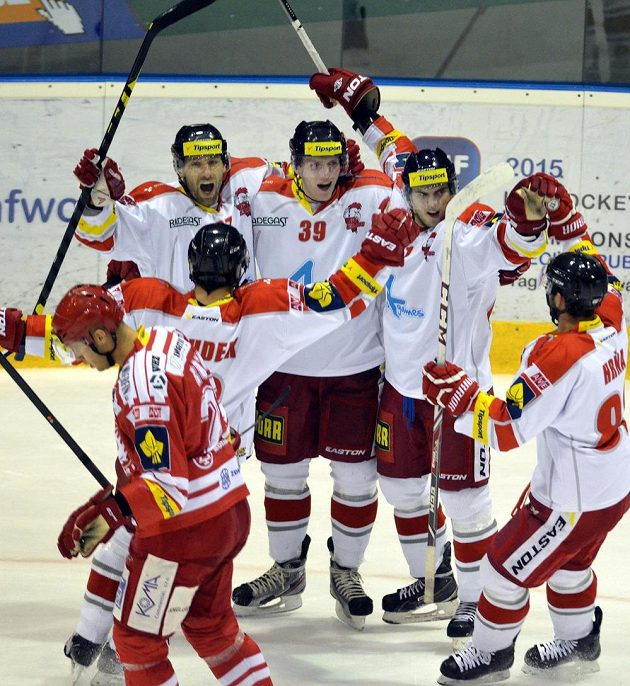 Olomoučtí hokejisté slaví gól proti Třinci.