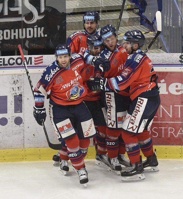 Hráči Vítkovic se radují z první branky, vlevo asistent Karol Sloboda, vpravo střelec Ondřej Roman.