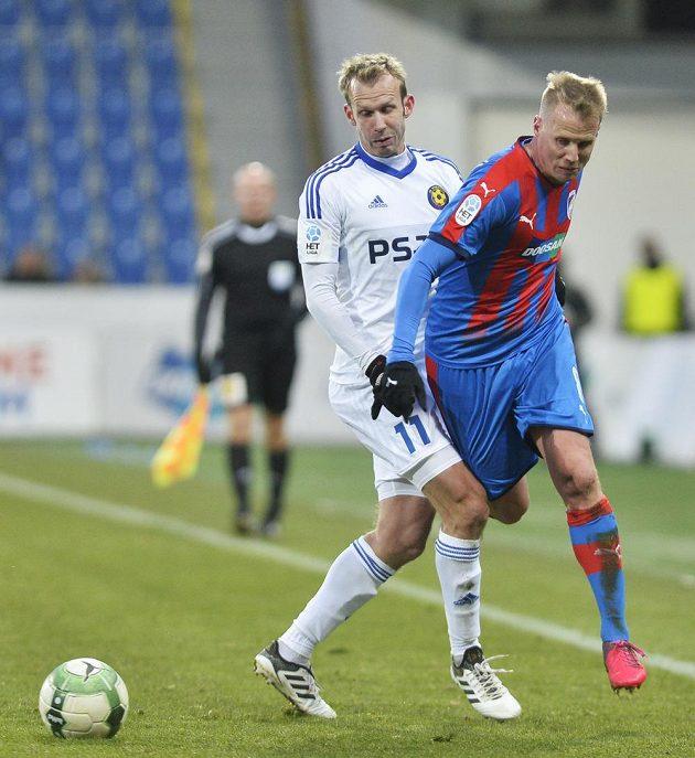 Zleva Lukáš Vaculík z Jihlavy a David Limberský z Plzně v utkání 18. kola fotbalové ligy.