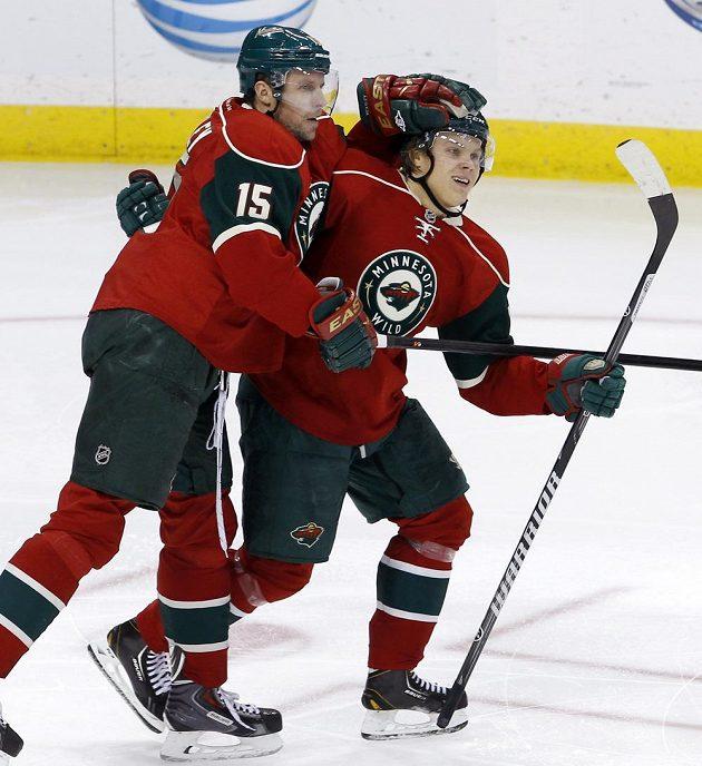 Hokejisté Minnesoty Dany Heatley (15) a Mikael Granlund se radují z gólu proti New Jersey.