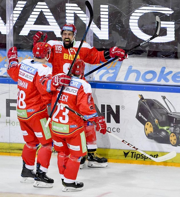 Richard Jarůšek (druhý zleva) ze Sparty se raduje z gólu proti Plzni.