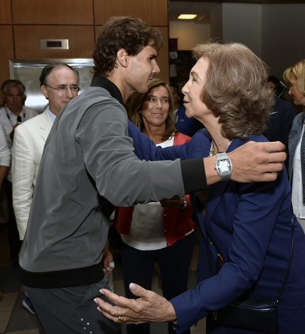 Rafael Nadal se objímá se španělskou královnou Sofií.