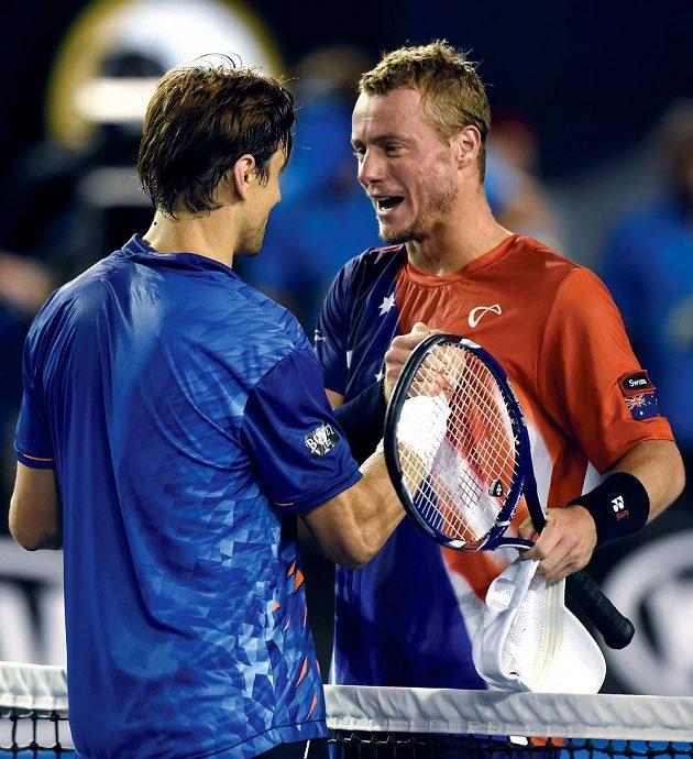 Španěl David Ferrer (vlevo) si podává ruku s Lleytonem Hewittem po zápase druhého kola Australian Open.