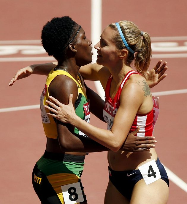 Denisa Rosolová (vpravo) a Janieve Russellová z Jamajky na mistrovství světa v Pekingu.