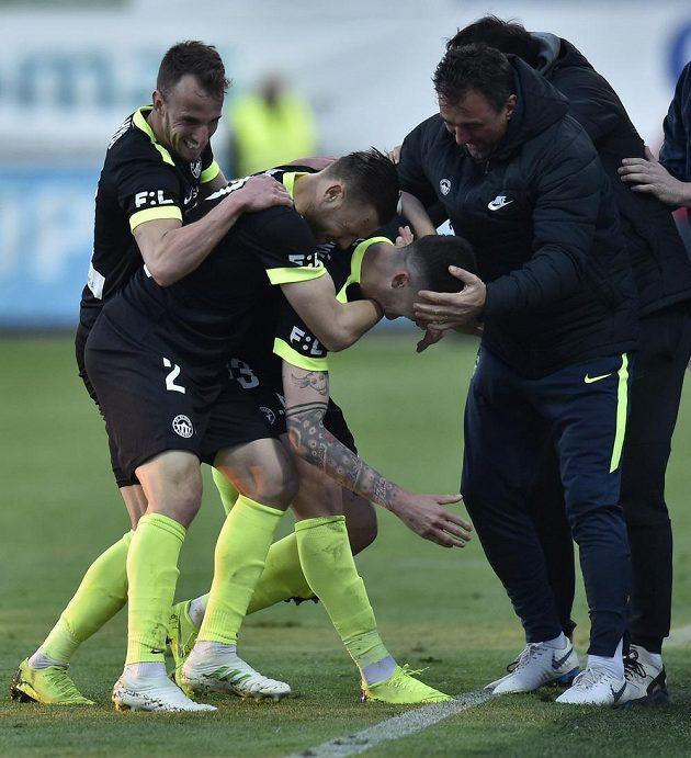 Liberecká radost! Fotbalisté Slovanu se radují z gólu, který vstřelil Roman Potočný (třetí zleva).