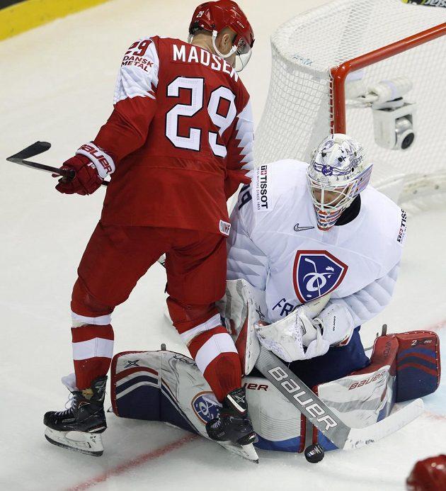 Dánský hokejista Morten Madsen se snaží překonat francouzského gólmana Floriana Hardyho během utkání mistrovství světa.