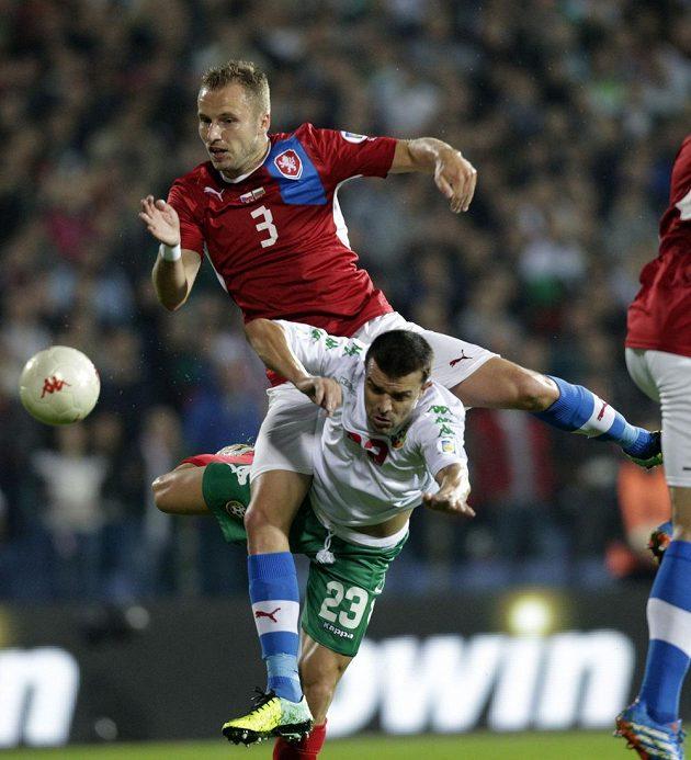 Obránce Michal Kadlec v souboji s Emilem Gargorovem z Bulharska.