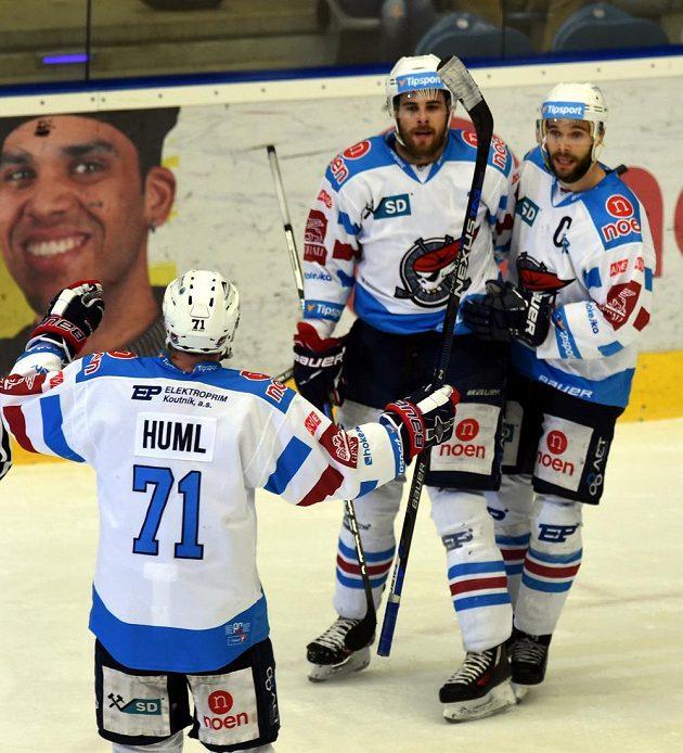 Hokejisté Chomutova zprava Michal Vondrka, Michal Poletín a Ivan Huml slaví třetí gól do sítě Mladé Boleslavi.