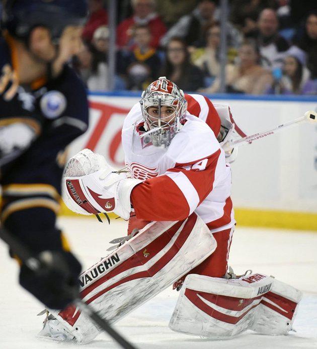 Brankář Detroitu Petr Mrázek vychytal výhru 3:1 na ledě Buffala.