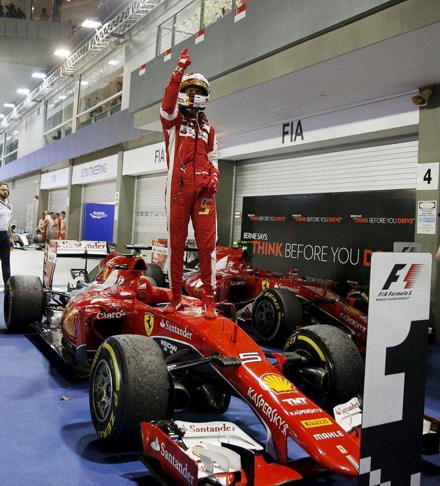 Radost Sebastiana Vettela po triumfu ve Velké ceně Singapuru.