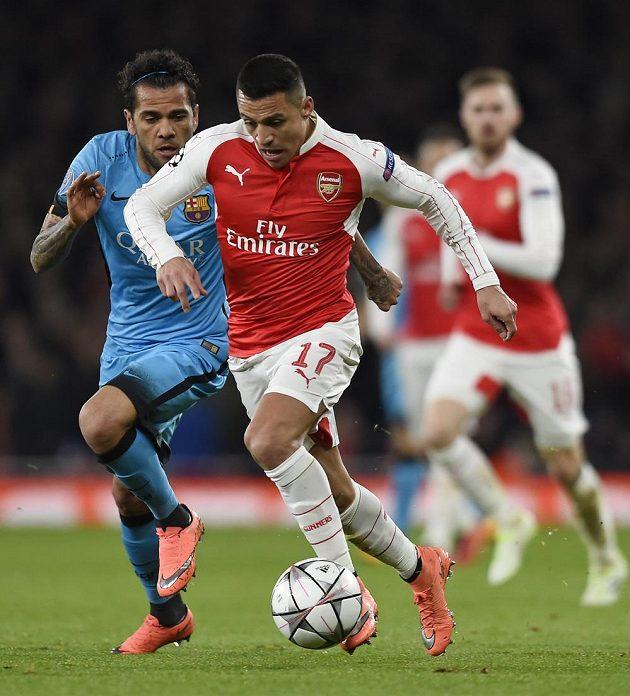 Obránce Barcelony Dani Alves (vlevo) stíhá útočníka Alexise Sáncheze z Arsenalu.