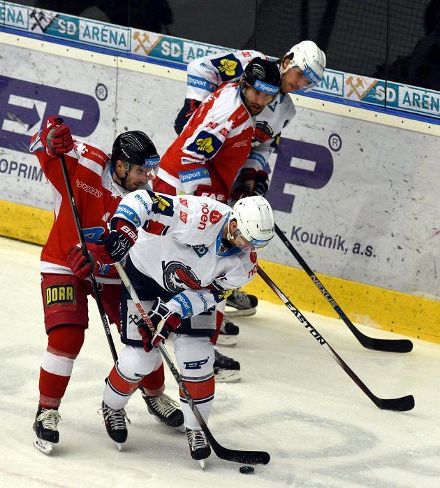 Zpředu Peter Ölvecký z Chomutova, Jiří Řípa a Martin Vyrůbalík z Olomouce a Antonín Dušek z Chomutova v utkání 45. kola extraligy.