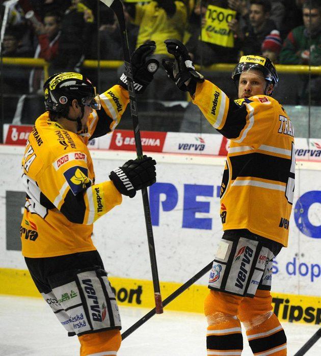 Hokejisté Litvínova slaví první gól v síti Brna v prvním semifinálovém duelu play off extraligy. Vlevo je obránce Tomáš Pavelka, vpravo střelec branky Michal Trávníček.
