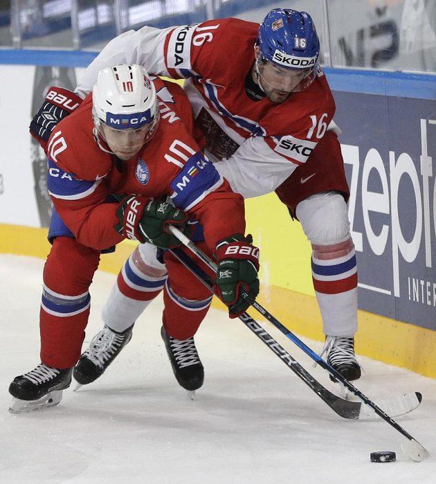 Michal Birner (16) a Nor Mattias Norstebo v úporném souboji.