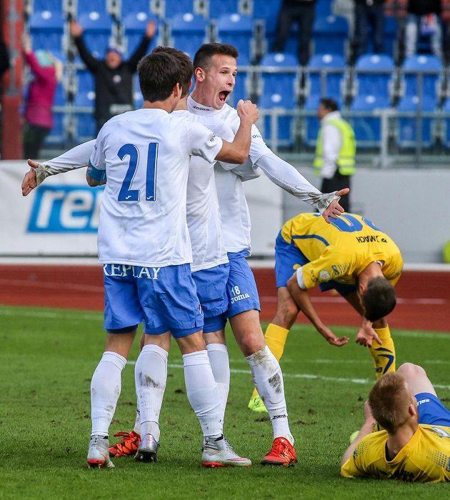 Richard Lásik z Baníku Ostrava (druhý zleva) se raduje z gólu proti Zlínu.